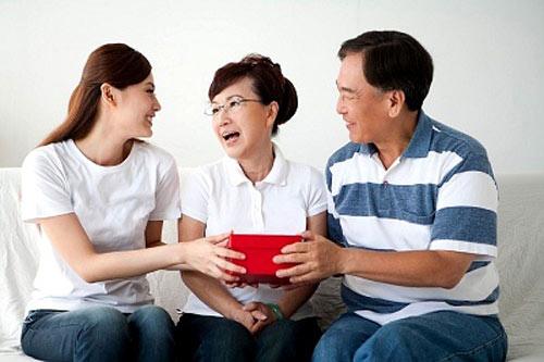 Quà tặng cha mẹ thiết thực và ý nghĩa